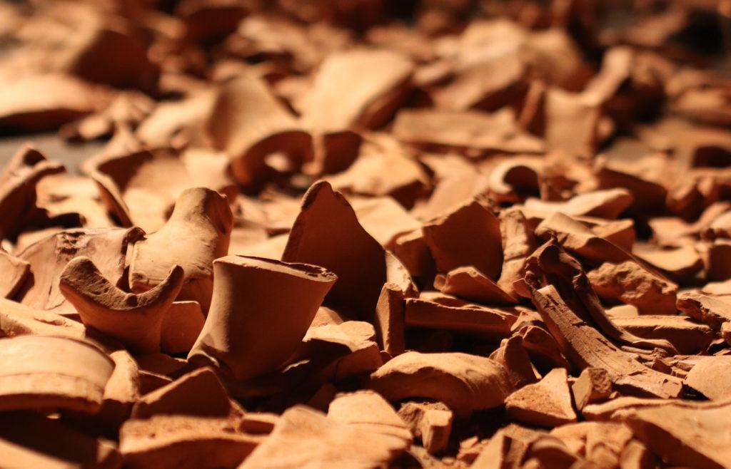 Photo de fragments de terre qui jonchent le plateau au début du spectacle